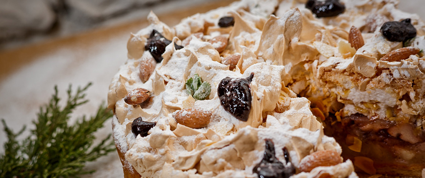 Matecznik Tradition from Nature - Apple shortcake with meringue and elderberry jam
